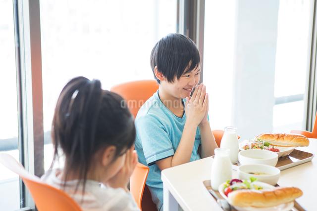 給食を食べる小学生の写真素材 [FYI04264006]