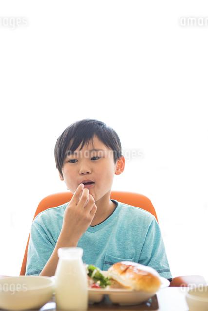 給食を食べる小学生の写真素材 [FYI04264008]