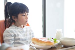 給食を食べる小学生の写真素材 [FYI04264009]