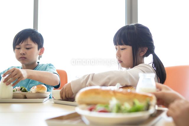 給食を食べる小学生の写真素材 [FYI04264014]