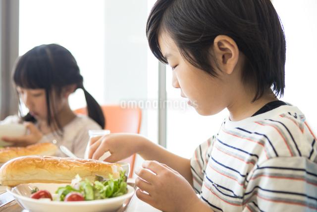 給食を食べる小学生の写真素材 [FYI04264016]