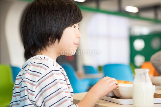 給食を食べる小学生の写真素材 [FYI04264023]