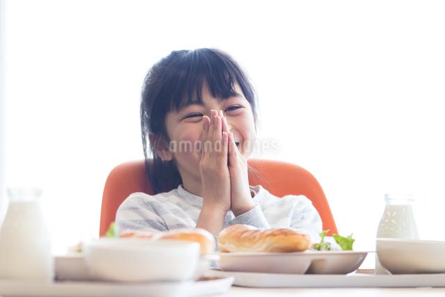 給食を食べる小学生の写真素材 [FYI04264024]