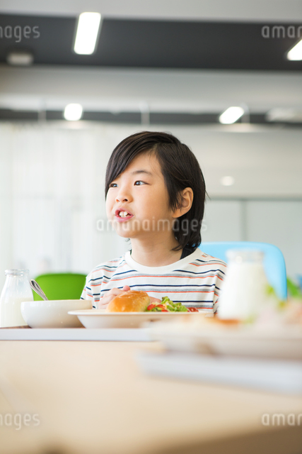 給食を食べる小学生の写真素材 [FYI04264031]