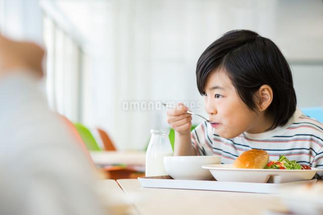 給食を食べる小学生の写真素材 [FYI04264034]