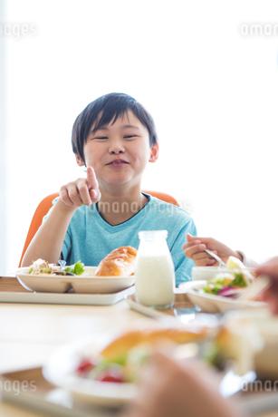 給食を食べる小学生の写真素材 [FYI04264039]
