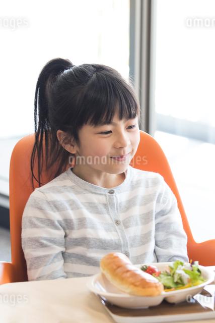 給食を食べる小学生の写真素材 [FYI04264040]