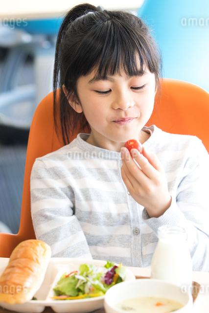 給食を食べる小学生の写真素材 [FYI04264048]