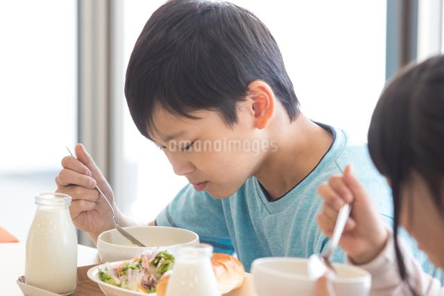 給食を食べる小学生の写真素材 [FYI04264049]