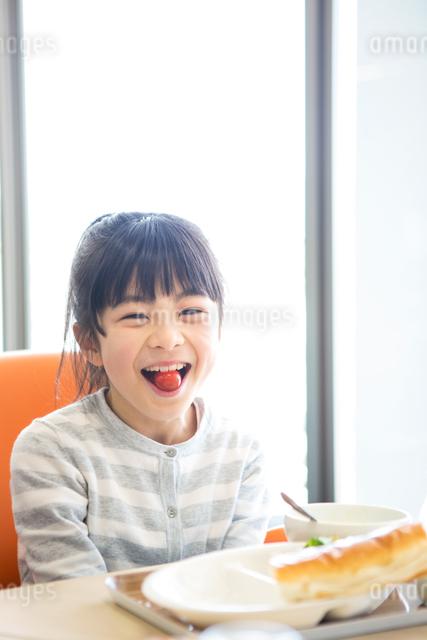 給食を食べる小学生の写真素材 [FYI04264052]