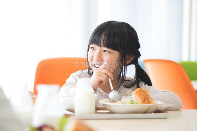 給食を食べる小学生の写真素材 [FYI04264057]