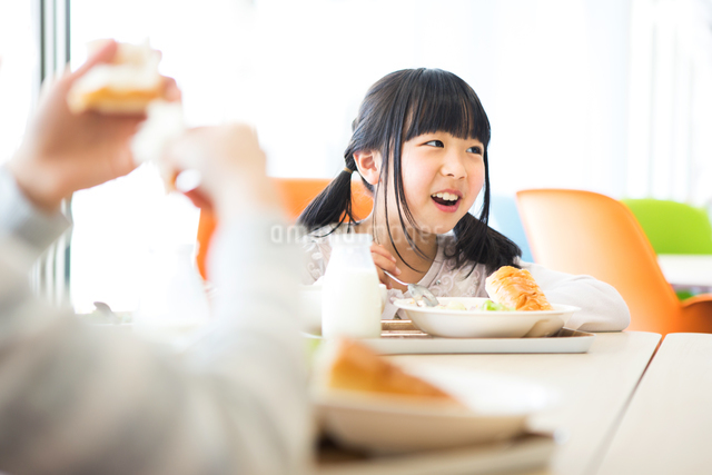 給食を食べる小学生の写真素材 [FYI04264058]