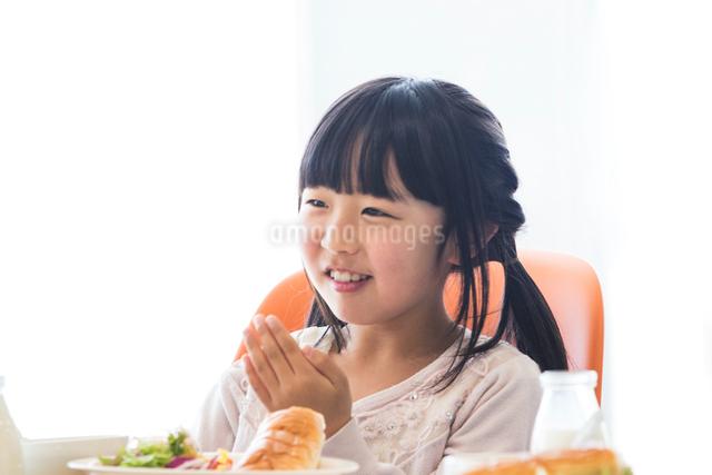 給食を食べる小学生の写真素材 [FYI04264061]
