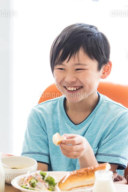 給食を食べる小学生の写真素材 [FYI04264062]