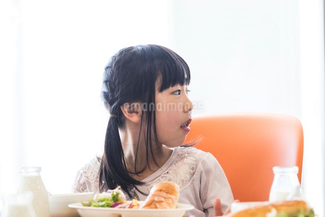 給食を食べる小学生の写真素材 [FYI04264065]