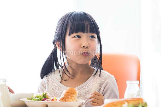 給食を食べる小学生の写真素材 [FYI04264066]