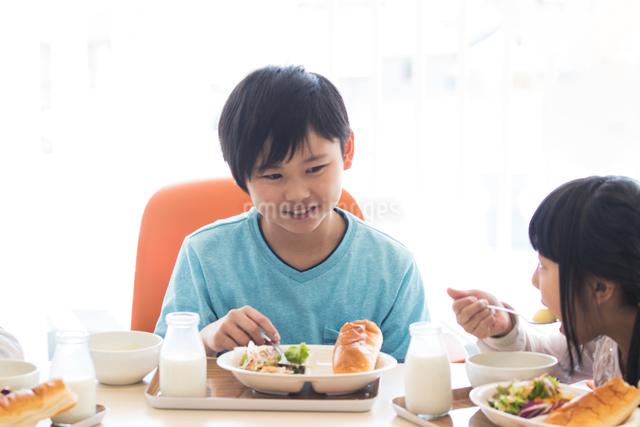 給食を食べる小学生の写真素材 [FYI04264073]