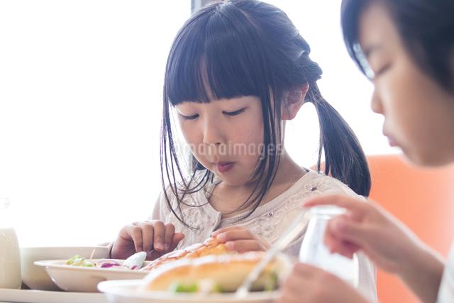 給食を食べる小学生の写真素材 [FYI04264077]