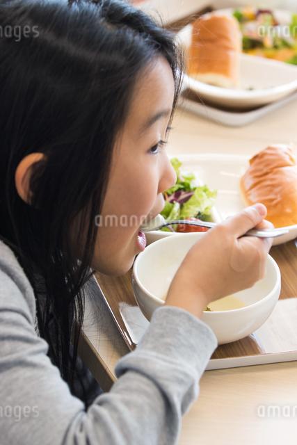 給食を食べる小学生の写真素材 [FYI04264078]
