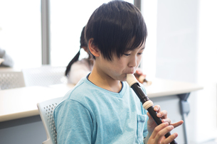 音楽の授業を受ける小学生の写真素材 [FYI04264081]