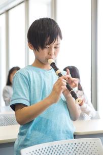 音楽の授業を受ける小学生の写真素材 [FYI04264085]
