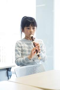 音楽の授業を受ける小学生の写真素材 [FYI04264087]