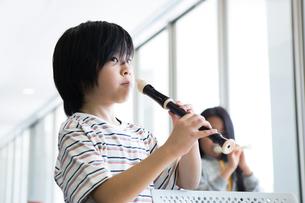 音楽の授業を受ける小学生の写真素材 [FYI04264093]