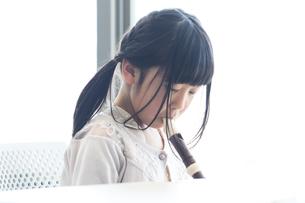 音楽の授業を受ける小学生の写真素材 [FYI04264097]