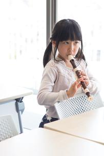 音楽の授業を受ける小学生の写真素材 [FYI04264104]