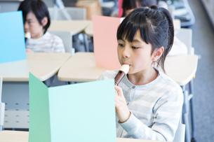 音楽の授業を受ける小学生の写真素材 [FYI04264105]