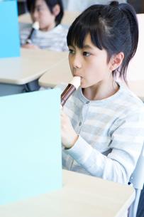 音楽の授業を受ける小学生の写真素材 [FYI04264107]