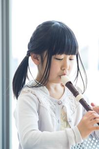 音楽の授業を受ける小学生の写真素材 [FYI04264108]