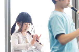 音楽の授業を受ける小学生の写真素材 [FYI04264109]