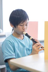 音楽の授業を受ける小学生の写真素材 [FYI04264111]
