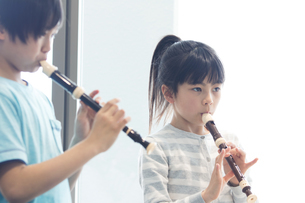 音楽の授業を受ける小学生の写真素材 [FYI04264112]