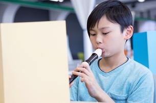 音楽の授業を受ける小学生の写真素材 [FYI04264113]