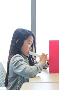 音楽の授業を受ける小学生の写真素材 [FYI04264116]