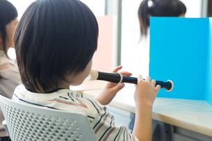 音楽の授業を受ける小学生の写真素材 [FYI04264118]
