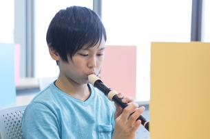 音楽の授業を受ける小学生の写真素材 [FYI04264119]