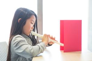 音楽の授業を受ける小学生の写真素材 [FYI04264121]