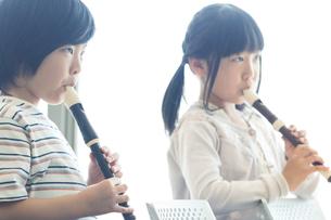 音楽の授業を受ける小学生の写真素材 [FYI04264122]