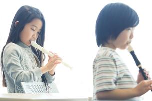音楽の授業を受ける小学生の写真素材 [FYI04264124]