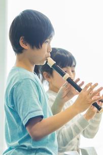 音楽の授業を受ける小学生の写真素材 [FYI04264125]