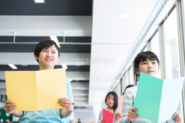 音楽の授業を受ける小学生の写真素材 [FYI04264126]