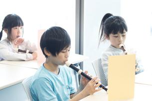 音楽の授業を受ける小学生の写真素材 [FYI04264128]