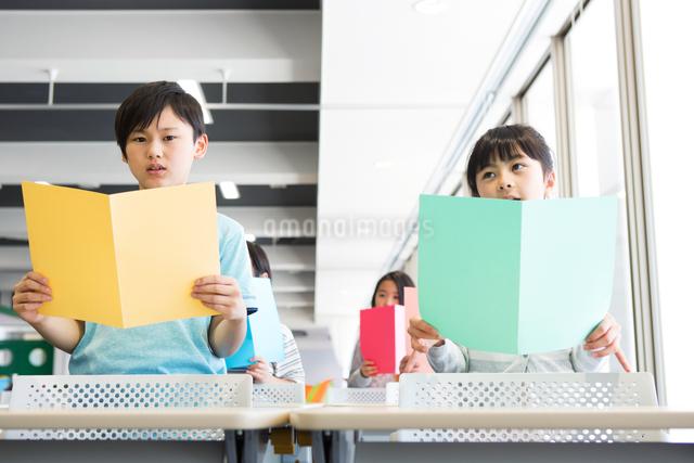音楽の授業を受ける小学生の写真素材 [FYI04264130]