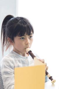 音楽の授業を受ける小学生の写真素材 [FYI04264131]