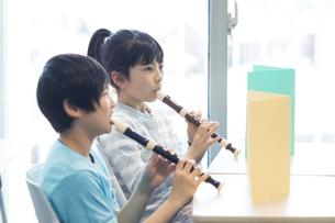音楽の授業を受ける小学生の写真素材 [FYI04264132]