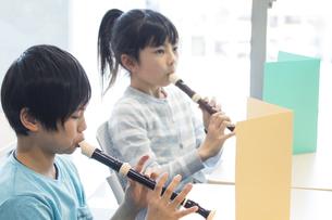 音楽の授業を受ける小学生の写真素材 [FYI04264133]