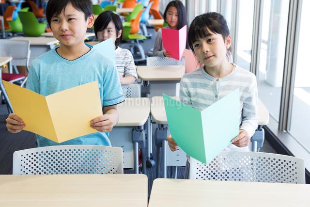 音楽の授業を受ける小学生の写真素材 [FYI04264135]